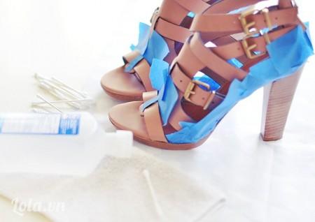 Dùng tăm chấm cồn lên trên giày ở những phần giày bạn cần sơn
