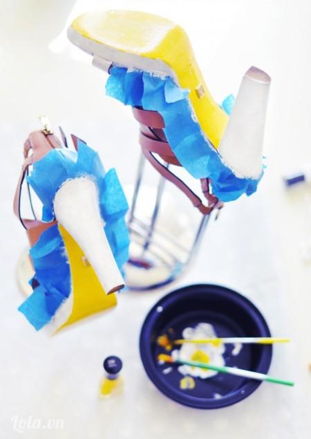 Đợi sơn khô rồi thì bạn sơn tiếp màu vàng lên đế giày