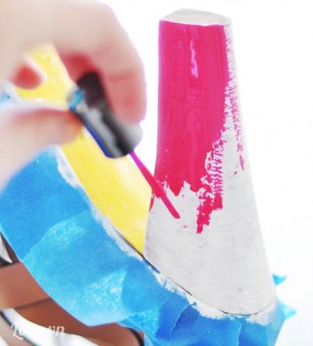 Kế tiếp là sơn màu hồng lên gót giày, cẩn thận đừng để sơn hai màu lẫn vào nhau nhé