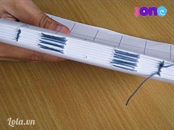 Sau khi khâu xong rùi, mình dùng tăm hoặc bút lông quét keo vào khe giữa các tập giấy. Chỉnh lại tập giấy cho vuông vức rồi đặt tập giấy dưới một chồng sách cho đến khi keo khô.