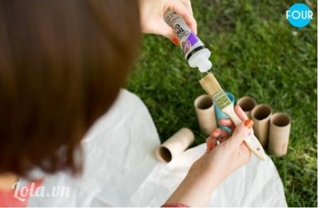 Dùng keo sữa để bắt đầu dính các ống lại với nhau. Bóp chặt chúng lại với nhau, sau đó giữ một vài giây để cho keo khô và cứng lại.