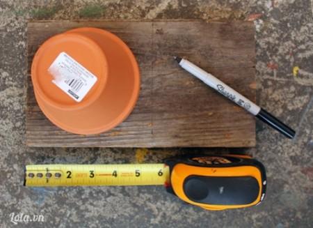 Bạn đo kích thước của chiếc chậu trong miếng gỗ và cắt chúng ta theo kích thước.