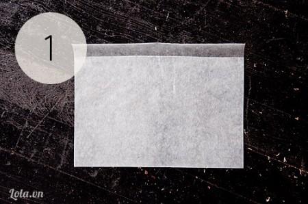Xé một đoạn giấy sáp và gấp đôi chúng lại như hình