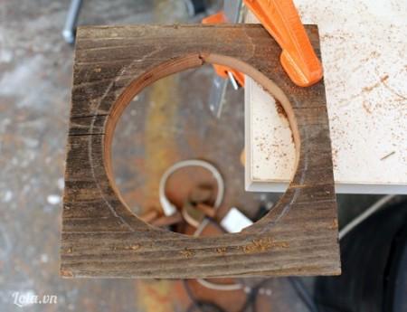 Dùng máy cắt cắt phần gỗ trung tâm phía trong vòng tròn