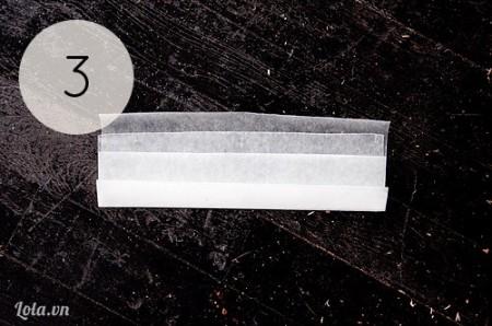 Xé một mảnh giấy sáp khác và gấp đôi tương tự lại như hình