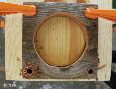 Dùng máy khoan, khoan 4 lỗ nhỏ ở bốn góc cạnh của miếng gỗ