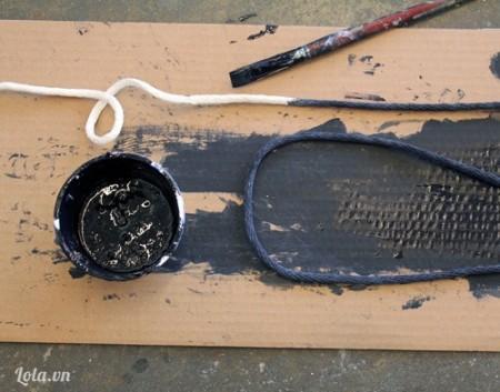 Với dây thừng bạn dùng sơn màu đen, tô lên cho chúng và chờ khô