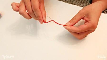 Dùng chỉ đỏ ( hoặc dây cói) quấn xung quanh dây kẽm.