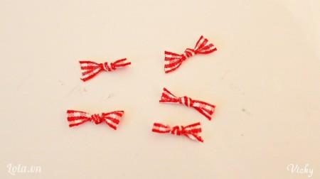 Thắt các dây ruy băng thành các chiếc nơ nhỏ
