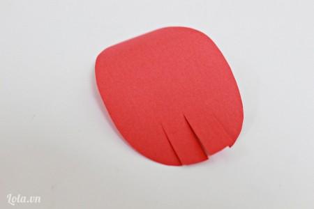 Dùng kéo cắt 4 đường nhỏ bên dưới các mảnh giấy hình bầu dục.