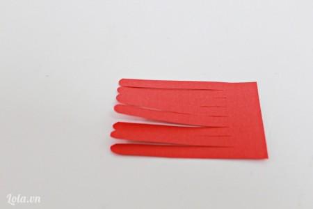 Cắt 1 đầu của mảnh giấy hình chữ nhật thành các sợi nhỏ như hình bên để làm nhụy hoa.