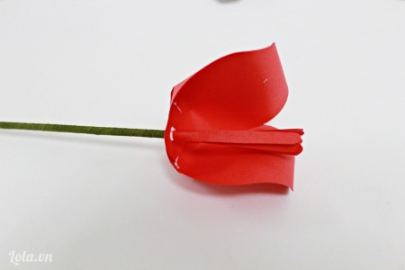 Tiếp theo các bạn dán các cánh hoa vào.