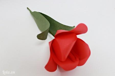 Cuối cùng dán lá vào là xong rối đấy nhé! Bông hoa Tulip của chúng ta đẹp không nào các bạn