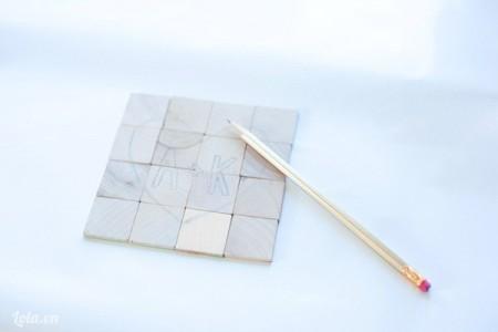 Dùng bút chì vẽ phát thảo hình và chữ lên trên các mảnh gỗ nha.