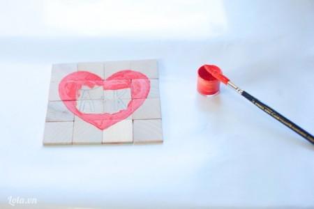 Tô màu arylic màu đỏ lên hình trái tim.