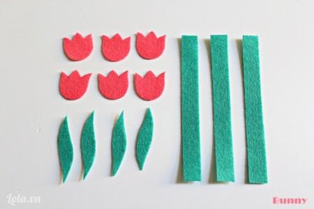 Cắt vải nỉ thành các mảnh như hình bên:- 6 hoa tulip- 3 mảnh hình chữ nhật- các mảnh hình lá