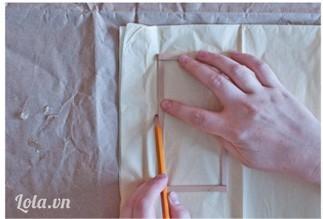 ướm khung  lên giấy để lấy kích thước rồi cắt giấy ra