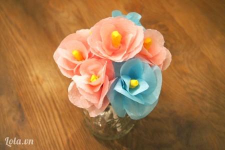 Bạn làm thật nhiều bông màu hồng và xanh như thế này nhé để cho ra một bó hoa xinh như vậy nè . Chúc bạn thành công