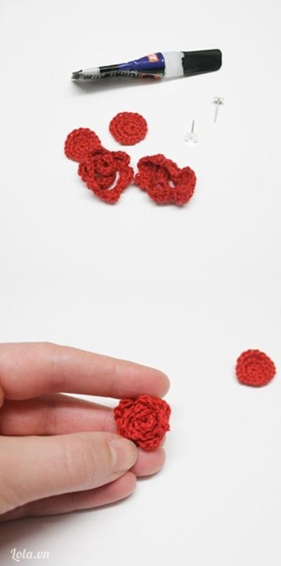 Sau khi móc xong . Chúng ta cuộn tròn len lại thành hình hoa