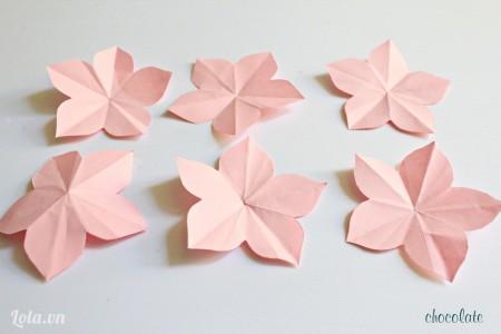 Các bạn cắt giấy màu hồng thành 6 hình hông hoa.