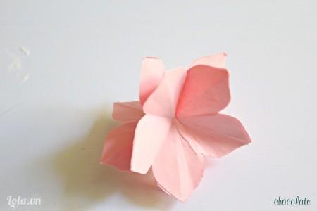 Cuối cùng các bạn xòe 5 cánh hoa ở trên đỉnh đầu của khối hoa ở bước 4, rồi dùng keo dán bông hoa còn lại lên trên.