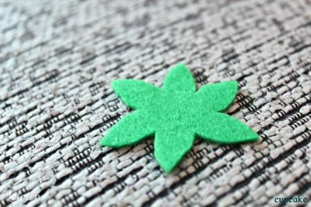 Cắt vải nỉ như hình bên để làm đế hoa.