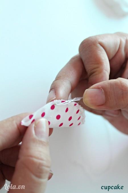 Gấp đôi mảnh vải lại rồi may 1 đường chỉ thưa theo mép vải.
