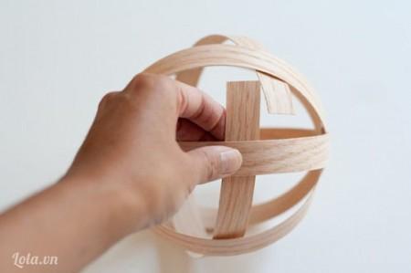 Lần lượt đan xen các vòng lại với nhau để tạo thành một khối như hình