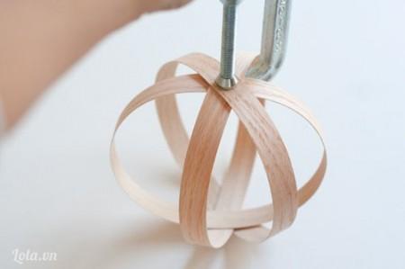 Dùng khoan đục một lỗ nhỏ vào tâm điểm của các vòng đan xen