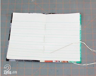 đặt giấy nội dung lên giấy bìa và mai nối các giấy bằng kim chỉ