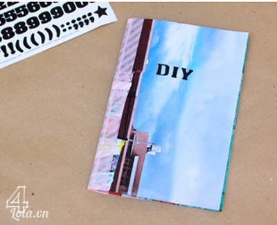 """kế tiếp dùng bút viết chữ đánh dấu lên bìa như """" DIY """" hay """"diary"""",v,v…"""