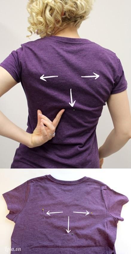 Định vị vị trí cần cắt ở mặt sau chiếc áo