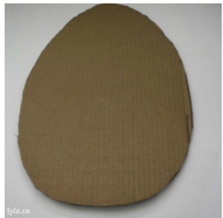 Cắt giấy cứng thành hình quả trứng