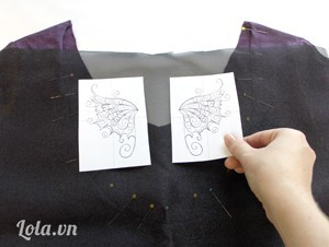 Đặt ren và decan lên trên phía sau áo