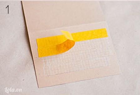 Cắt giấy bìa ra kích cỡ 20x17 cm, dán băng keo làm 4 tầng trong giấy bìa
