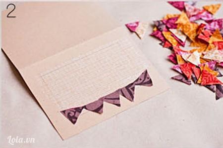 Cắt giấy màu thành hình tam giác, dán từng miếng tam giác này lớp keo bên dưới trước