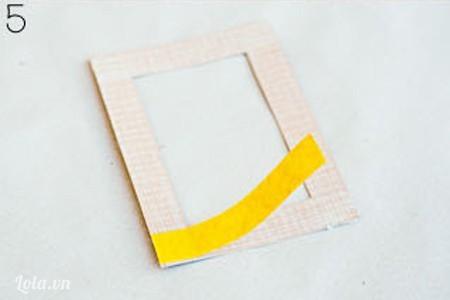 Cắt một khung hình chữ nhật bỏ phần giữa của khung hình, kích cỡ bằng với thiệp