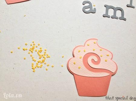 Sau khi dán phần icing vào cupcake, tiếp tục trang trí phần icing.