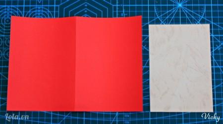 Cắt giấy bìa cứng màu đỏ và màu kem thành 2 mảnh như hình bên.