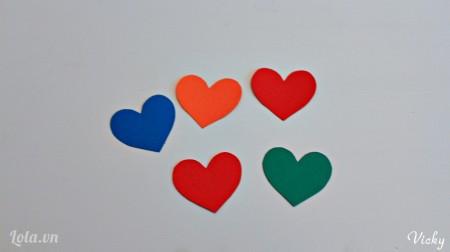 Các bạn cắt giấy bìa màu thành 5 hình trái tim nhỏ nhé.