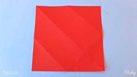 Cắt 1 mảnh giấy hình vuông màu đỏ để làm bao thiệp nhé.