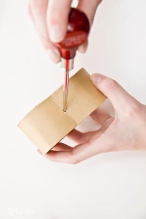 Dùng dụng cụ khoan lỗ cho hộp