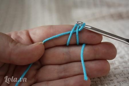 Kéo sợi len xuyên qua dây như hình
