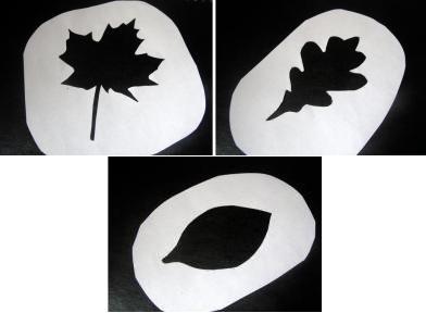Đầu tiên các bạn cắt các mẫu hình chiếc lá bằng giấy nha.