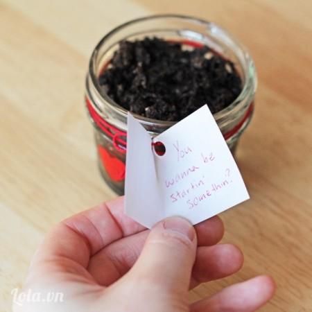 đục lỗ cho tấm thiệp mini làm từ giấy cardstock