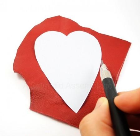 Bạn cắt hình trái tim qua giấy và đo kích thước lên tấm da lộn