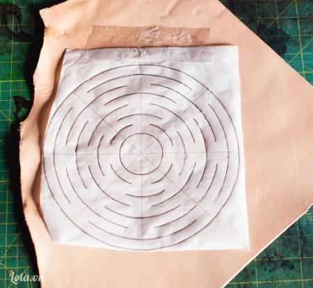 Bạn chuẩn bị mẫu giấy như hình, in chúng ra . Sau đó dán ướm chúng lên miếng vải da như hình