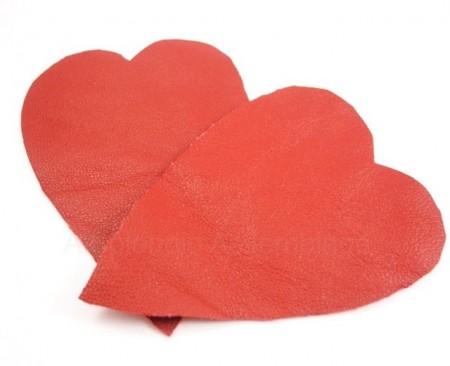 Cắt chúng lại với nhau, nhớ cắt ra hai hình trái tim nhé.