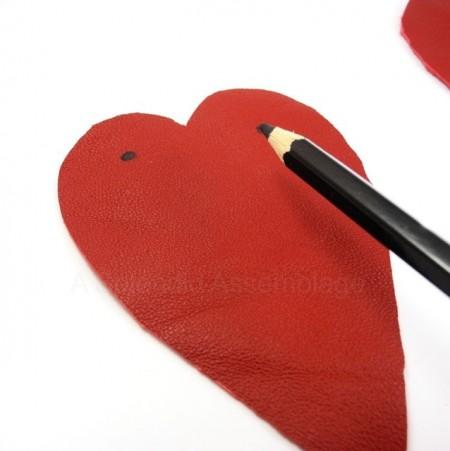 Đánh dấu hai nơi đầu của trái tim như hình, nơi mà hai đầu dây giày sẽ được xỏ qua.