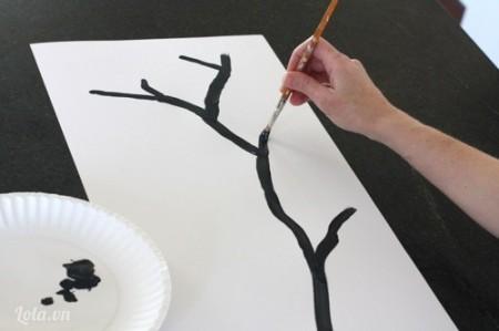 Vẽ cành cây lên trên giấy bìa rồi đợi khô